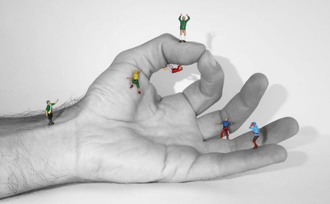 Hand mit Kletterfiguren